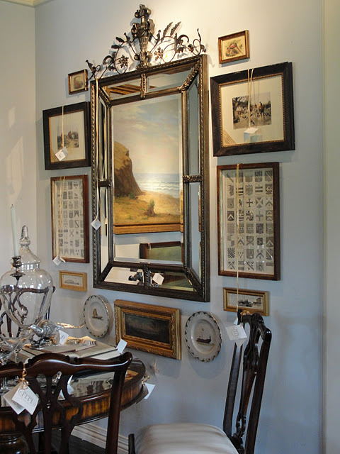 Home wall galleries no museum needed garden home party for Arrangement of photo frames on wall