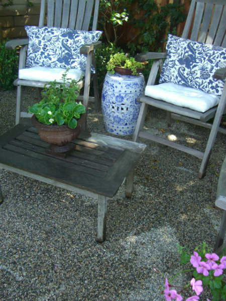 3-KB blue white gdn stool
